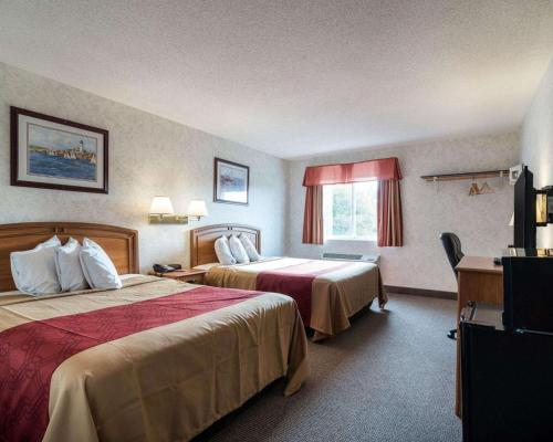 A bed or beds in a room at Econo Lodge Inn & Suites Canandaigua