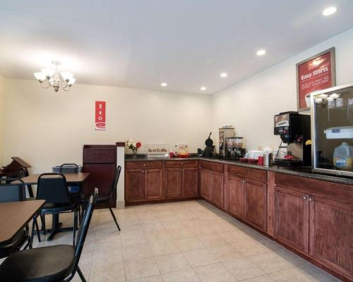 A restaurant or other place to eat at Econo Lodge Inn & Suites Canandaigua