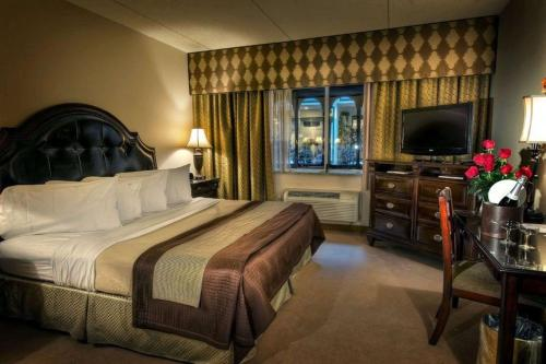 A bed or beds in a room at Garden Place Hotel