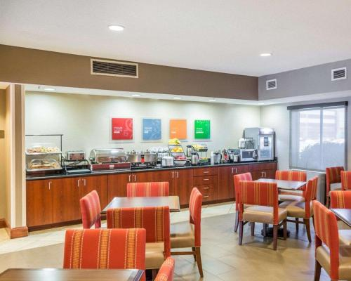A restaurant or other place to eat at Comfort Inn & Suites West Chester - North Cincinnati
