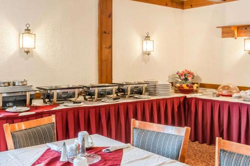A restaurant or other place to eat at Quality Inn Gallipolis