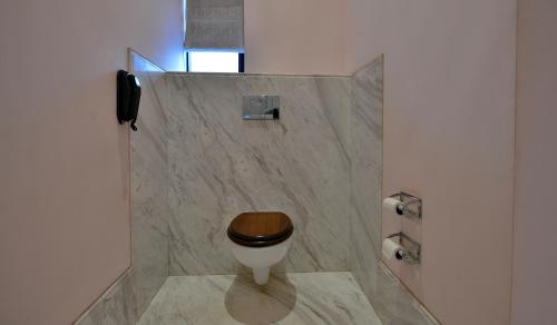 A bathroom at Taj Nadesar Palace