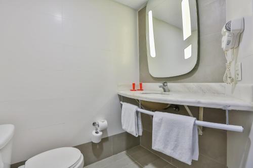 A bathroom at ibis Sao Paulo Congonhas