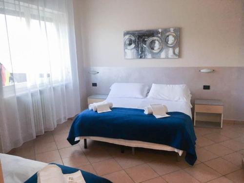 A bed or beds in a room at Al Centro