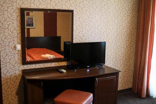 A television and/or entertainment center at Hotel-restaurant Almond