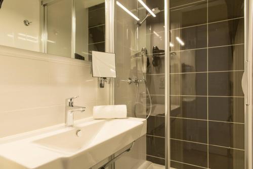 Salle de bains dans l'établissement The Originals City, Hôtel Cléria, Lorient (Inter-Hotel)
