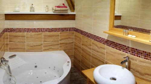 A bathroom at La Ferme De Tigny