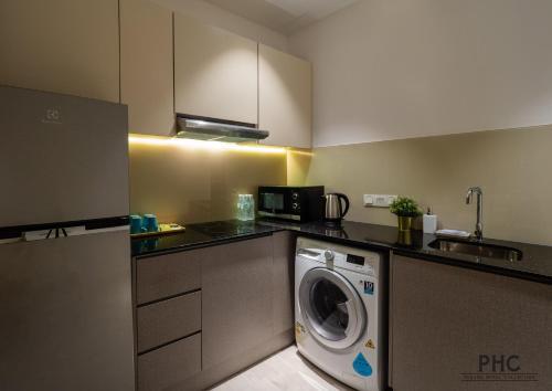 Una cocina o zona de cocina en Hutton Central Hotel By PHC