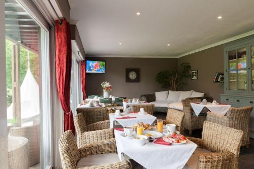 A restaurant or other place to eat at Les Jardins d'Ulysse, The Originals Relais (Relais du Silence)