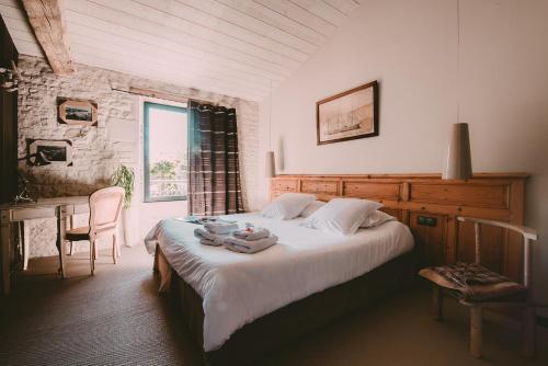 A bed or beds in a room at Un Banc au Soleil