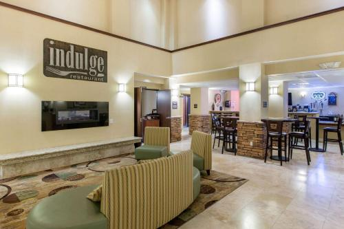 A restaurant or other place to eat at The Oaks Hotel & Suites, Ascend Hotel Collection