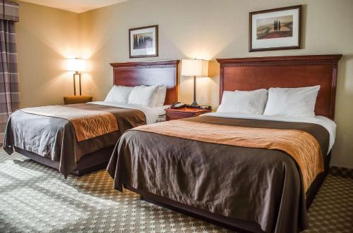 A bed or beds in a room at Comfort Inn & Suites Mobile near Eastern Shore Centre