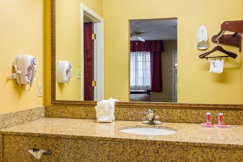 A bathroom at Econo Lodge Inn & Suites Bryant