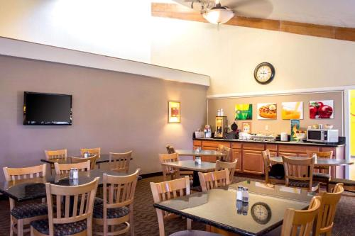 A restaurant or other place to eat at Quality Inn Wickenburg
