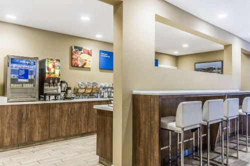 A restaurant or other place to eat at Comfort Inn Santa Cruz