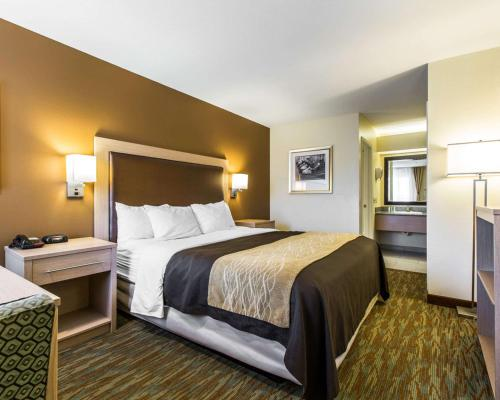 A bed or beds in a room at Comfort Inn Boardwalk