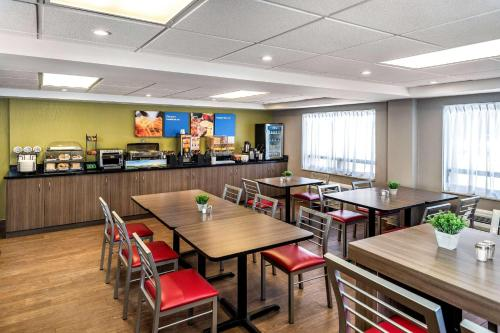 A restaurant or other place to eat at Comfort Inn Kenora