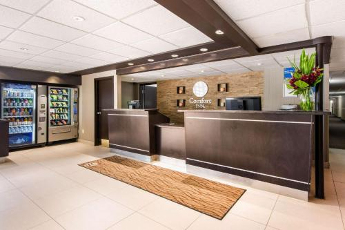 The lobby or reception area at Comfort Inn Airport West