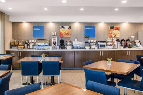 A restaurant or other place to eat at Comfort Inn Montreal Airport
