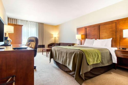 A bed or beds in a room at Comfort Inn & Suites Shawinigan