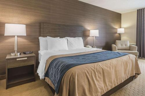 A bed or beds in a room at Comfort Inn Levis