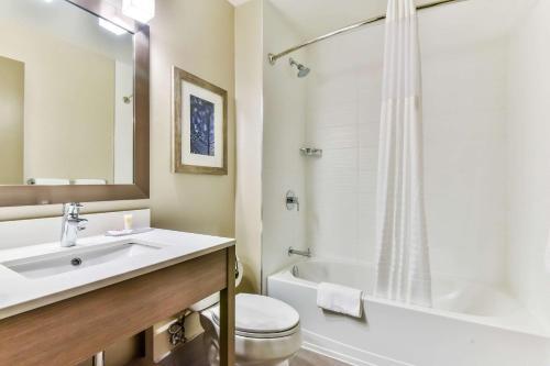 A bathroom at Comfort Hotel Airport North