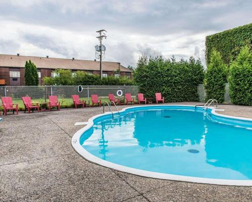 The swimming pool at or near Quality Inn & Suites & Conference Centre - Gatineau