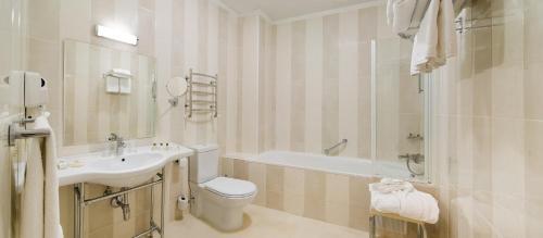 A bathroom at Flowers Hotel