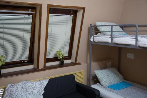 Двухъярусная кровать или двухъярусные кровати в номере Хостел День и Ночь