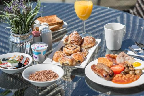 Breakfast options available to guests at Aubrey Park Hotel
