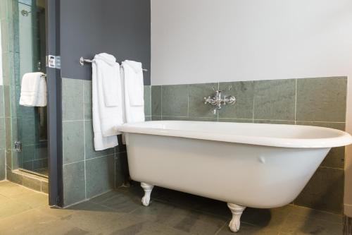 A bathroom at Hotel le Priori