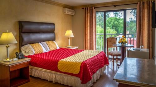A bed or beds in a room at Hotel Los Ceibos