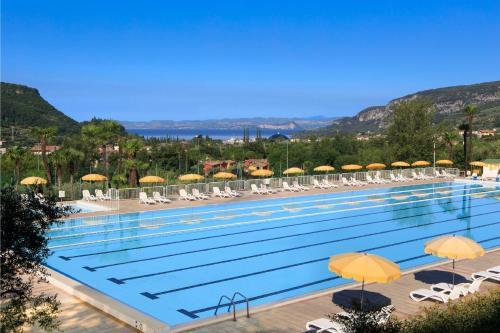 Der Swimmingpool an oder in der Nähe von Poiano Garda Resort Hotel