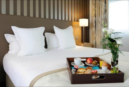 Кровать или кровати в номере Residhome Nantes Berges De La Loire
