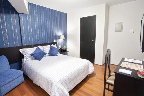 A bed or beds in a room at Hotel Santa Cruz
