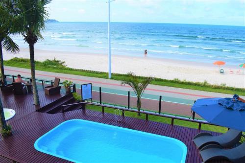 A piscina localizada em Morada do Mar Hotel ou nos arredores