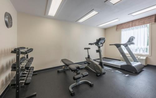 The fitness center and/or fitness facilities at Quality Inn Airport Dieppe