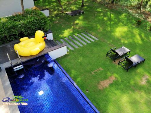 A view of the pool at Kim's Ocean view Villa Danang or nearby