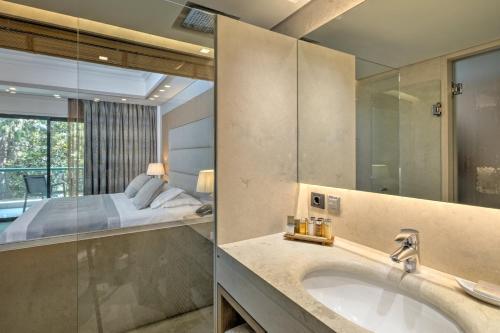 Et bad på Rodos Park Suites & Spa