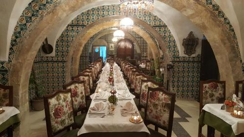 A restaurant or other place to eat at Hôtel Medina
