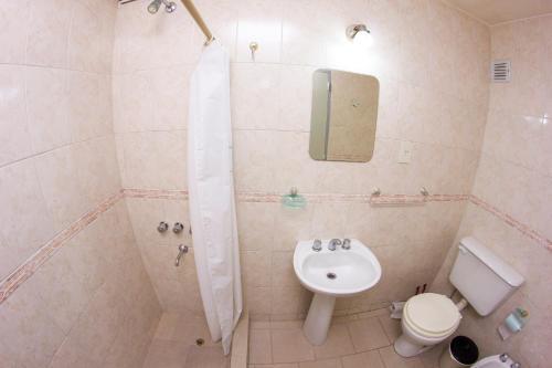 A bathroom at Hostería El Turista