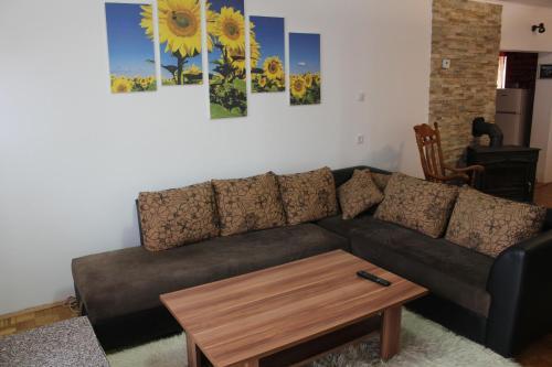 A seating area at Villa Garden