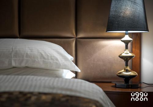 Cama ou camas em um quarto em Noon Hotel Suites