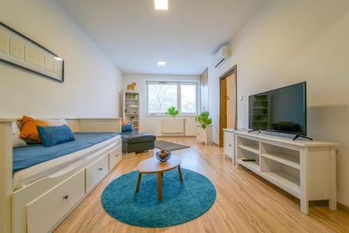 A seating area at Vesna Convenient Apartment
