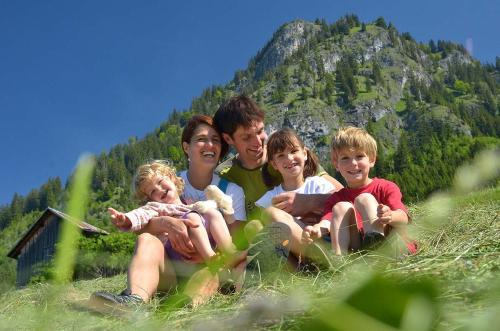 A family staying at Gipfelglück Hinterstein