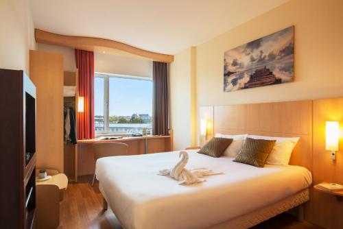 A bed or beds in a room at ibis Leiden Centre