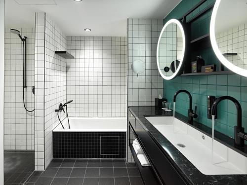 A bathroom at Panoramahotel Waldenburg