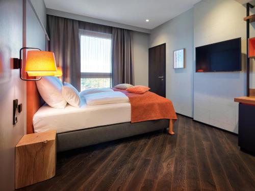 A bed or beds in a room at Panoramahotel Waldenburg