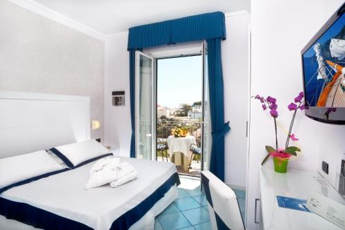 A bed or beds in a room at Hotel Villa Durrueli Resort & Spa
