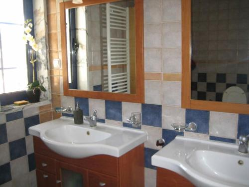 A bathroom at Monte das Beatas - Alojamento Local